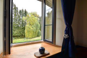 Chambre n° 3 vue sur le parc depuis la fenêtre ouverte