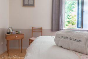 chambre n° 2 avec 2 lits d'une personne - vue sur rue du moulin très calme - ton blanc et taupe