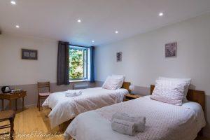 chambre n° 2 avec 2 lits d'une personne - vue sur rue très calme