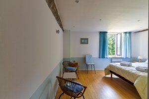 chambre n° 4 double avec vue sur parc, ton blanc et bleu ciel, l'entrée
