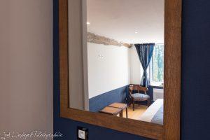photo de la chambre n° 3 au travers du miroir - ton blanc et bleu nuit
